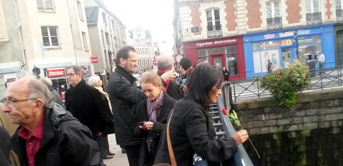 moment de recueillement sur le pont des jumelages à Rennes