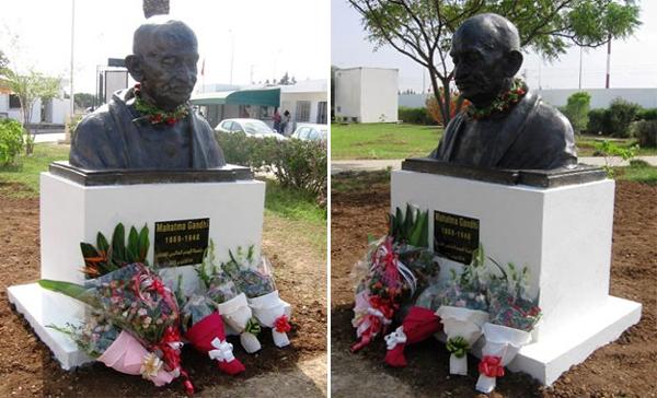 Gandhi sur un piédestal dans le campus de Manouba